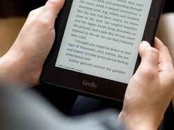 Stay home and read with Woot's refurb sale on the Kindle and Kindle Voyage