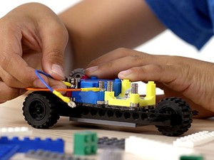 Enhance your mini mechanic's STEM skills with the $32 Circuit Cubes Whacky Wheels kit